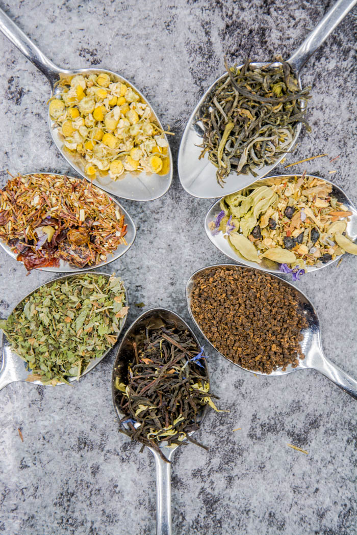 Loose leaf tea in spoons (7 varieties of tea leaves)