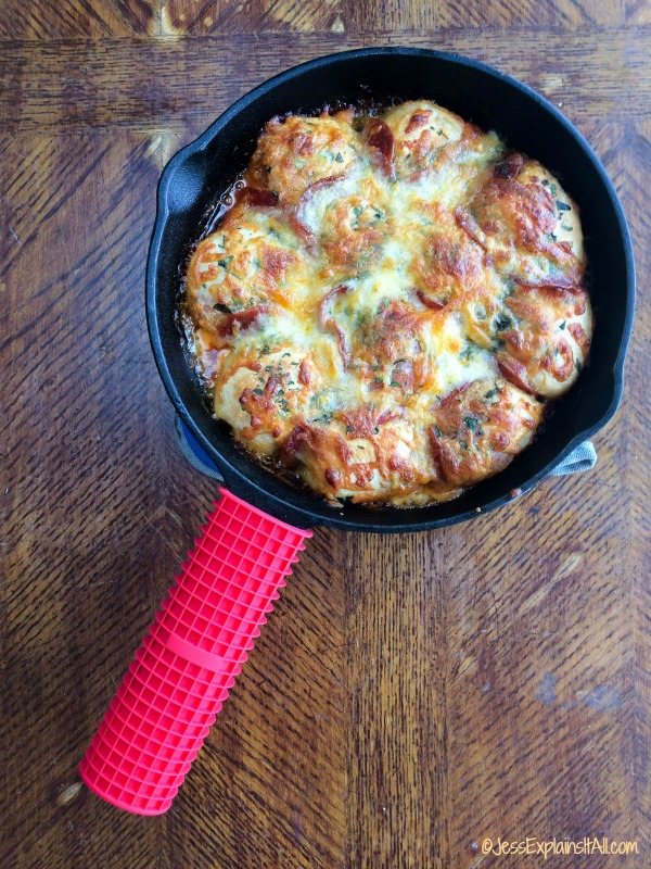 Do you love pizza? Do you also love pull-apart bread? Check out this super easy recipe for Skillet Pizza Bread that combines the best of both worlds! JessExplainsItAll.com